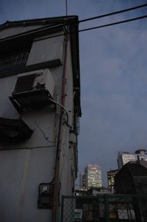 廃墟と高層ビル.JPG